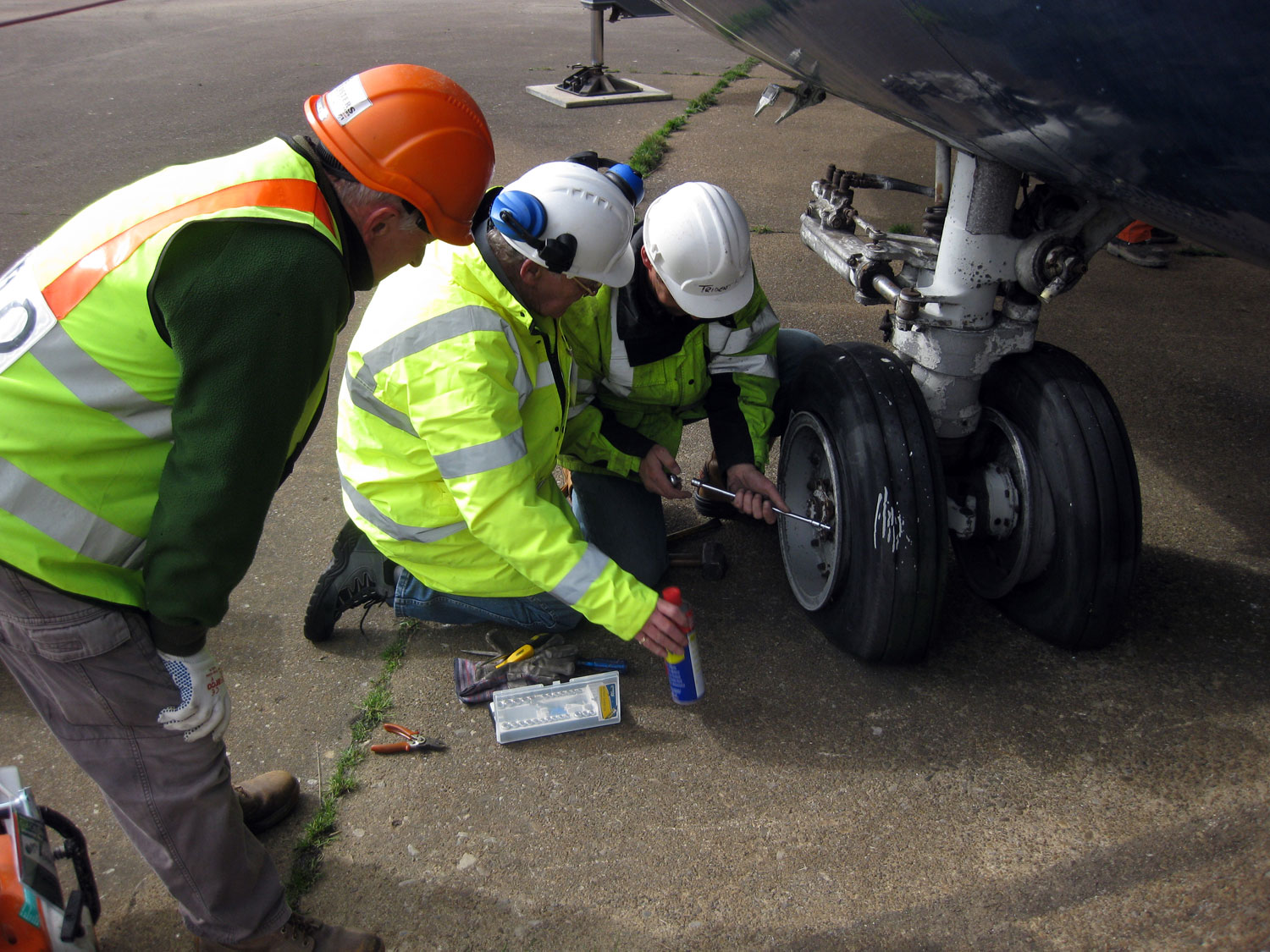 Preparing the nosewheel for removal.